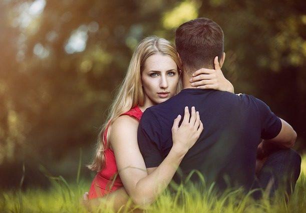 couple embrassant dans le parc